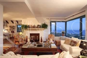 Magnificent villa located in a very known area in Marbella. The views from the property are ...