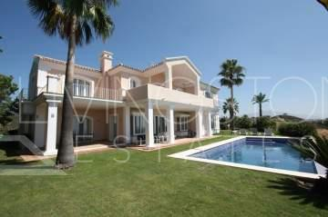 Amazing detached villa on a huge plot, for sale and holiday rent, close to Golf in Estepona