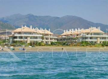 Luxuy ground floor apartment in a beachfront complex, New Golden mile Estepona