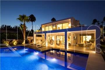 An exceptional contemporary villa represents a unique opportunity to experience the modern ...