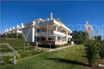 Luxury penthouse with sea views in a beachfront complex, Estepona