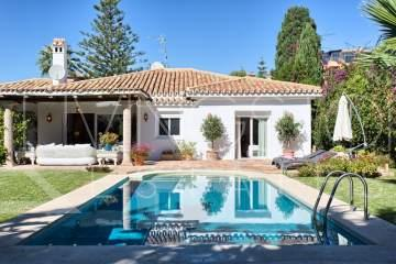 Beachside family villa in El Paraiso Barronal, Estepona