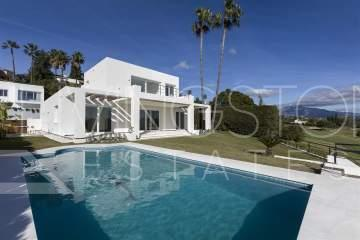 Modern luxury villa with private access to the El Paraíso Golf course