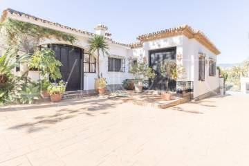Charming Detached Villa set in the privilege area of El Paraiso