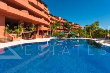 Beautiful 2 bedrooms apartment located in the beachside urbanization of Guadalmansa.