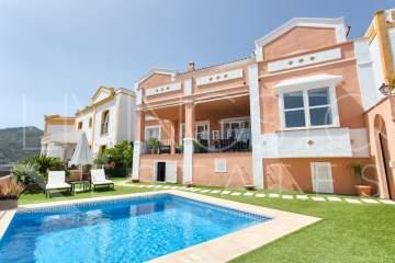 Large townhouse in a peaceful area, Monte Mayor Country Club, with private pool and sea views