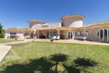 Beautiful classic style villa with amazing panoramic views of the sea and mountains!