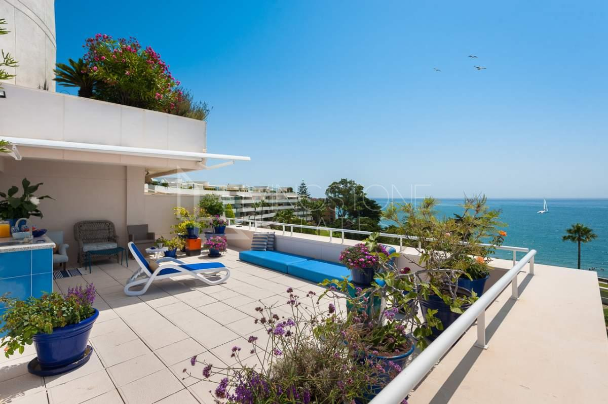 Exceptional beach front penthouse | Livingstone Estates